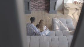 Η τοπ άποψη της νέας ξανθής γυναίκας καυκάσιας κάθεται με τον αφρικανικό άνδρα και μεταξύ τους είναι μικρή λατρευτή κόρη με το μα απόθεμα βίντεο