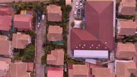 Η τοπ άποψη της παλαιάς πόλης με το κόκκινο πορτοκάλι κεράμωσε τις στέγες των σπιτιών Ιδιωτικά σπίτια με τις πορτοκαλιές στέγες p απόθεμα βίντεο