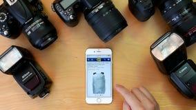Η τοπ άποψη του ατόμου που κοιτάζει βιαστικά καλύτερα αγοράζει τον ιστοχώρο για την αγορά της τσάντας καμερών απόθεμα βίντεο