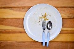 Η τοπ άποψη του κενού πιάτου, βρώμικη μετά από το γεύμα είναι τελειωμένη Στοκ Φωτογραφίες