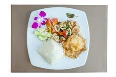 Η τοπ άποψη του ταϊλανδικού παραδοσιακού μαξιλαριού Kra Pao πιάτων, ανακατώνει τηγανισμένος seaf Στοκ εικόνα με δικαίωμα ελεύθερης χρήσης