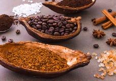 Η τοπ άποψη τριών διαφορετικών φασολιών καφέ και ο στιγμιαίος καφές προσθέτουν στοκ εικόνες με δικαίωμα ελεύθερης χρήσης