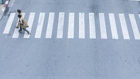Η τοπ άποψη των ανθρώπων περπατά στο για τους πεζούς σταυροδρόμι οδών στο θόριο στοκ φωτογραφία