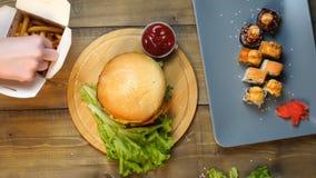 Η τοπ άποψη των θηλυκών χεριών παίρνει τα τηγανητά με τη σάλτσα στον καφέ απόθεμα βίντεο