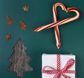 Η τοπ άποψη των καλάμων καραμελών, παρουσιάζει και διακοσμήσεις στην Πράσινη Βίβλο με μια αποκόπτω? μορφή χριστουγεννιάτικων δέντ στοκ εικόνες