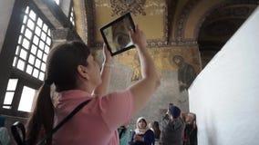 Η Τουρκία, Ιστανμπούλ, Ayasofya, το 2019, το κορίτσι παίρνει τα παλαιά εικονίδια ταμπλετών και τους χρωματισμένους τοίχους απόθεμα βίντεο