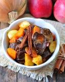 Η Τουρκία (κοτόπουλο) μαγείρεψε σε κατσαρόλα το συκώτι σε ένα ξηρό άσπρο κρασί με τα ραβδιά κολοκύθας, μήλων και κανέλας Στοκ Εικόνα