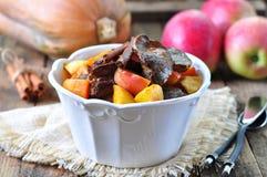 Η Τουρκία (κοτόπουλο) μαγείρεψε σε κατσαρόλα το συκώτι σε ένα ξηρό άσπρο κρασί με τα ραβδιά κολοκύθας, μήλων και κανέλας Στοκ Εικόνες