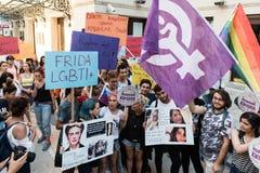 Η τουρκική ομάδα υποστηρικτών LGBT ενώνει για το περπάτημα ενάντια στα παρεμβαίνοντας ενδύματα γυναικών Φέρνουν τα εμβλήματα ` LG Στοκ φωτογραφίες με δικαίωμα ελεύθερης χρήσης
