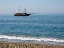 Η τουρκική πλέοντας βάρκα gulet πλέει κατά μήκος της ακτής Στοκ Εικόνες