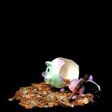 Η τράπεζα Piggy έσπασε την έννοια - σπάζοντας την τράπεζα Στοκ φωτογραφία με δικαίωμα ελεύθερης χρήσης