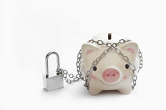 Η τράπεζα Piggy κλειδώνεται από την αλυσίδα και το κλειδί στο άσπρο υπόβαθρο, διάσωση στοκ εικόνες με δικαίωμα ελεύθερης χρήσης