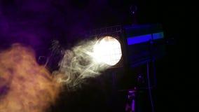 Η τρέμοντας ακτίνα ενός θεατρικού επικέντρου σχεδιαγράμματος στα σύννεφα καπνού στο στάδιο απόθεμα βίντεο