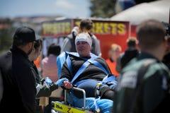 Η τραυματισμένη γυναίκα παρευρέθηκε από το paramedics Στοκ φωτογραφίες με δικαίωμα ελεύθερης χρήσης