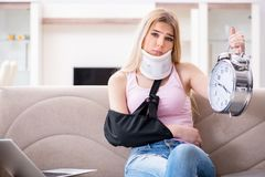 Η τραυματισμένη γυναίκα που ανακτεί στο σπίτι Στοκ φωτογραφίες με δικαίωμα ελεύθερης χρήσης