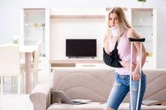 Η τραυματισμένη γυναίκα που ανακτεί στο σπίτι Στοκ Εικόνες