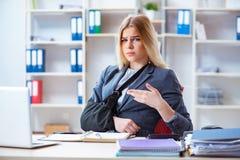 Η τραυματισμένη γυναίκα υπάλληλος που εργάζεται στο γραφείο Στοκ φωτογραφία με δικαίωμα ελεύθερης χρήσης