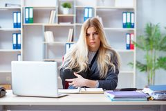 Η τραυματισμένη γυναίκα υπάλληλος που εργάζεται στο γραφείο Στοκ εικόνες με δικαίωμα ελεύθερης χρήσης