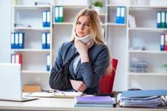 Η τραυματισμένη γυναίκα υπάλληλος που εργάζεται στο γραφείο Στοκ Εικόνες