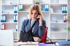 Η τραυματισμένη γυναίκα υπάλληλος που εργάζεται στο γραφείο Στοκ Φωτογραφίες
