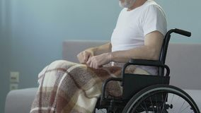 Η τραυματισμένη συνεδρίαση ατόμων στην αναπηρική καρέκλα, που αρχίζει να ωθεί αυτό δίνει την προσπάθεια να ανακτήσει απόθεμα βίντεο