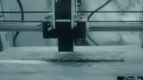 η τρισδιάστατη ακτίνα λέιζερ εκτυπωτών καίει την κινηματογράφηση σε πρώτο πλάνο σχεδίων σε έναν ξύλινο πίνακα απόθεμα βίντεο