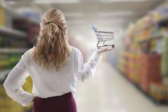 η τρισδιάστατη απεικόνιση κοριτσιών κάρρων δίνει τις αγορές Στοκ εικόνα με δικαίωμα ελεύθερης χρήσης