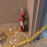 η τρισδιάστατη εικόνα πυρκαγιάς πυροσβεστήρων ανασκόπησης απομόνωσε το λευκό στοκ εικόνα με δικαίωμα ελεύθερης χρήσης