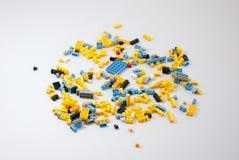 η τρισδιάστατη ανασκόπηση εμποδίζει το πλαστικό τούβλων δίνει το λευκό παιχνιδιών παιχνιδιών Στοκ εικόνα με δικαίωμα ελεύθερης χρήσης