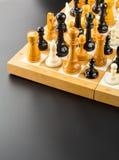 η τρισδιάστατη υψηλή εικόνα αριθμών σκακιού ανασκόπησης μαύρη δίνει τη διάλυση Στοκ Φωτογραφίες