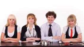 Η τρυπώντας επιχειρησιακή ομάδα κάθεται μαζί στο γραφείο Στοκ εικόνες με δικαίωμα ελεύθερης χρήσης