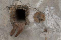 Η τρύπα στην παλαιά σύσταση συμπαγών τοίχων Στοκ Φωτογραφία