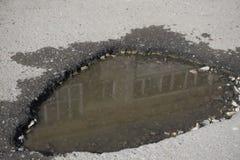 Η τρύπα στο δρόμο, μια τρύπα στην άσφαλτο Στοκ φωτογραφίες με δικαίωμα ελεύθερης χρήσης