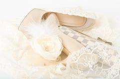 η τσάντα διακοσμεί τα νυφικά παπούτσια δαντελλών με χάντρες Στοκ Εικόνα