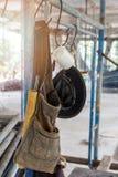 Η τσάντα εργαλείων κρεμά στο ικρίωμα Στοκ φωτογραφία με δικαίωμα ελεύθερης χρήσης