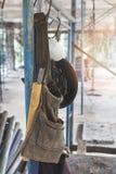 Η τσάντα εργαλείων κρεμά στο ικρίωμα Στοκ εικόνα με δικαίωμα ελεύθερης χρήσης