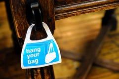 η τσάντα κρεμά το σημάδι σα&sigmaf Στοκ φωτογραφίες με δικαίωμα ελεύθερης χρήσης