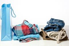 Η τσάντα με τα ενδύματα colorfull πωλήσεις αντιμετωπίζει Στοκ εικόνες με δικαίωμα ελεύθερης χρήσης