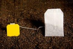 Τσάντα τσαγιού με την κενή κίτρινη ετικέτα Στοκ φωτογραφία με δικαίωμα ελεύθερης χρήσης