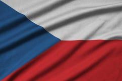 Η τσεχική σημαία απεικονίζεται σε ένα ύφασμα αθλητικών υφασμάτων με πολλές πτυχές Έμβλημα αθλητικών ομάδων στοκ φωτογραφίες