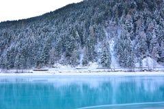 Η τυρκουάζ λίμνη που παγώνει εντελώς από τον αέρα βόρειων πόλων Στοκ φωτογραφία με δικαίωμα ελεύθερης χρήσης