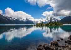 Η τυρκουάζ λίμνη Garibaldi απεικονίζει τα βουνά & τα δέντρα, συριστήρας στοκ εικόνες