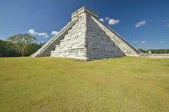 Η των Μάγια πυραμίδα Kukulkan (επίσης γνωστού ως EL Castillo) και των καταστροφών σε Chichen Itza, χερσόνησος Γιουκατάν, Μεξικό στοκ εικόνα