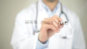 Η υγεία έρχεται πρώτα, γράψιμο γιατρών στη διαφανή οθόνη στοκ φωτογραφία με δικαίωμα ελεύθερης χρήσης