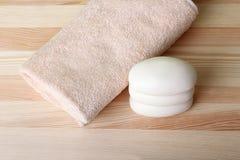 η υγεία καθαρότητας ανασκόπησης απομόνωσε το λευκό πετσετών σαπουνιών υποχρέωσης Στοκ εικόνα με δικαίωμα ελεύθερης χρήσης