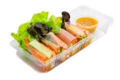 Η υγιής έννοια διατροφής, ρόλος σαλάτας έχει την ντομάτα και το λαχανικό καβουριών στοκ φωτογραφία με δικαίωμα ελεύθερης χρήσης