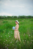 Η υγιής αγροτική ζωή Η γυναίκα στον πράσινο τομέα Στοκ Εικόνες