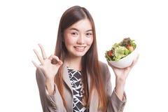 Η υγιής ασιατική γυναίκα παρουσιάζει ΕΝΤΆΞΕΙ με τη σαλάτα Στοκ φωτογραφία με δικαίωμα ελεύθερης χρήσης