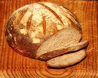 Η υγιής πέτρα έψησε το οργανικό ψωμί μαγιάς σε έναν παλαιό ξύλινο πίνακα Στοκ εικόνα με δικαίωμα ελεύθερης χρήσης