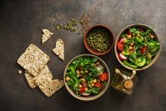 Η υγιής χορτοφάγος vegan σαλάτα κύπελλων, chickpea, μαρούλι, ντομάτα, οι σπόροι ραδικιών, αγγουριών, λιναριού και κολοκύθας με το στοκ φωτογραφία με δικαίωμα ελεύθερης χρήσης